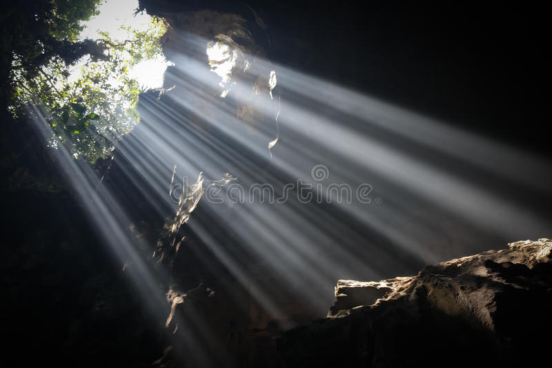 Faisceaux de lumière en caverne images stock