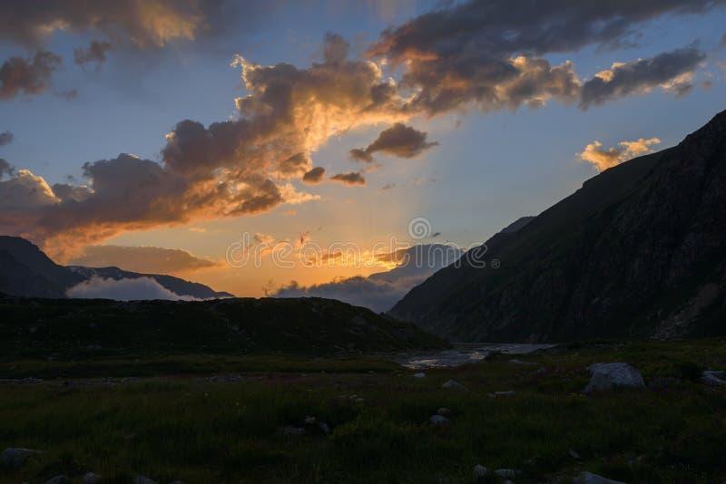 Download Faisceaux De Sun Au Coucher Du Soleil En Montagnes Photo stock - Image du cordon, alpes: 76089884