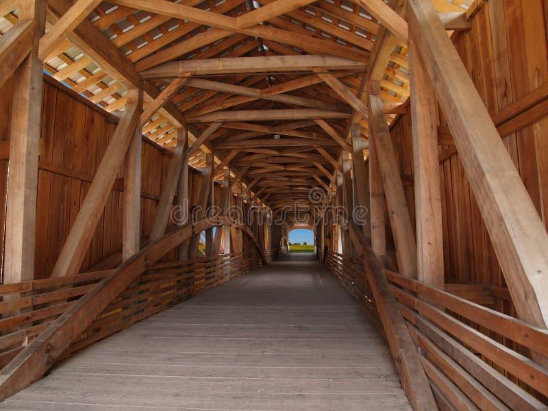 Faisceaux en bois à l'intérieur d'une passerelle couverte photo libre de droits
