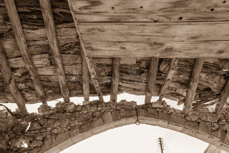 Faisceaux en bois et voûte en pierre de la sépia abandonnée de bâtiment modifiée la tonalité image stock