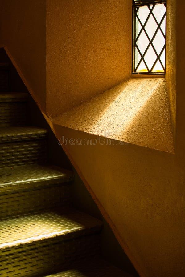 Faisceaux lumineux dans un escalier images libres de droits