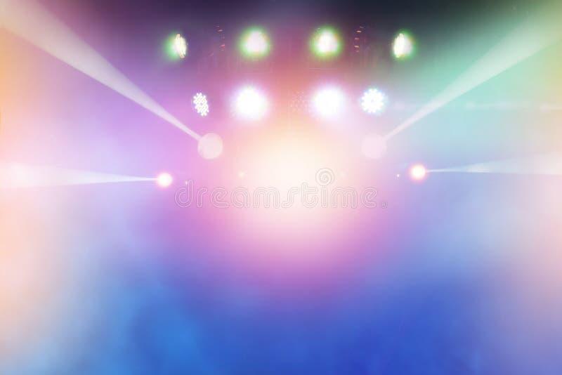 Faisceaux lumineux multicolores de l'étape du divertissement photographie stock libre de droits