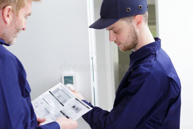 Faiseur de réglage pour mécanicien et apprenti pour système de chauffage automatisé efficace images libres de droits