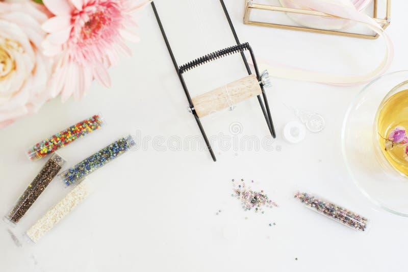 Fait main, concept de métier Matériaux pour la fabrication faite main de bijoux Perles et camp de graine pour des bracelets de mé photos libres de droits