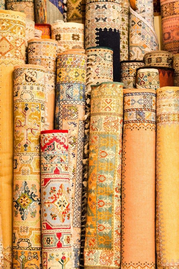 Fait main par les couvertures colorées de femme de berber avec les ornements détaillés photographie stock