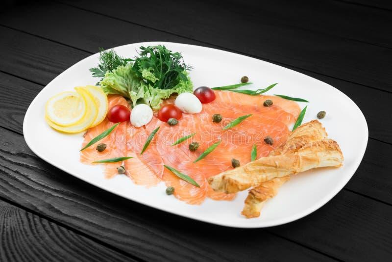 Fait maison saumoné smocked savoureux du plat blanc image stock