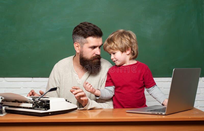 Fait une petite fortune grâce à l'entreprise familiale. Entreprises familiales. Famille heureuse - papa et fils ensemble. Profes photo libre de droits