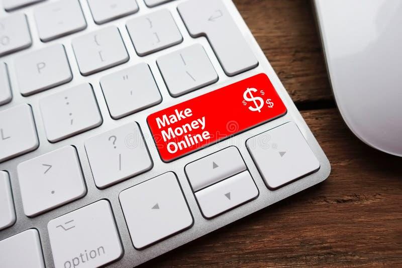 Faites à argent le concept en ligne avec le texte écrit sur pour introduire la clé d'un clavier d'ordinateur blanc photos stock
