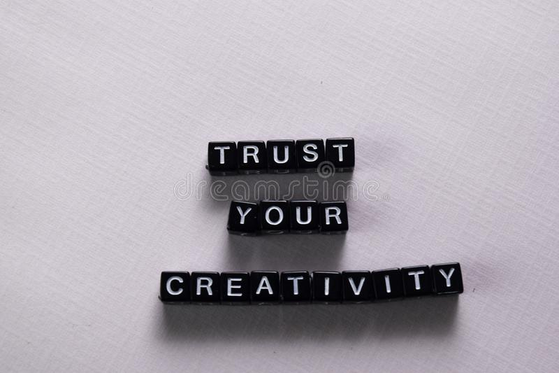 Faites confiance à votre créativité sur les blocs en bois Concept de motivation et d'inspiration photo stock