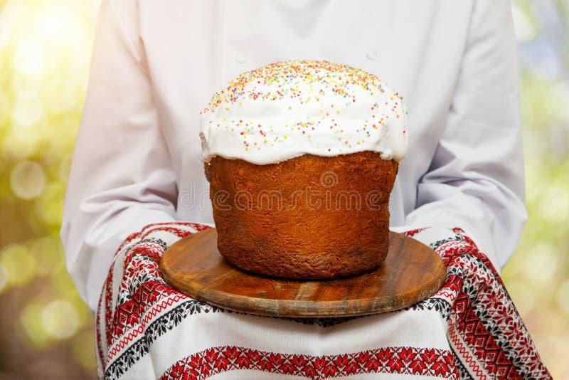 Faites cuire avec le gâteau de Pâques décoré pour la célébration de vacances image libre de droits