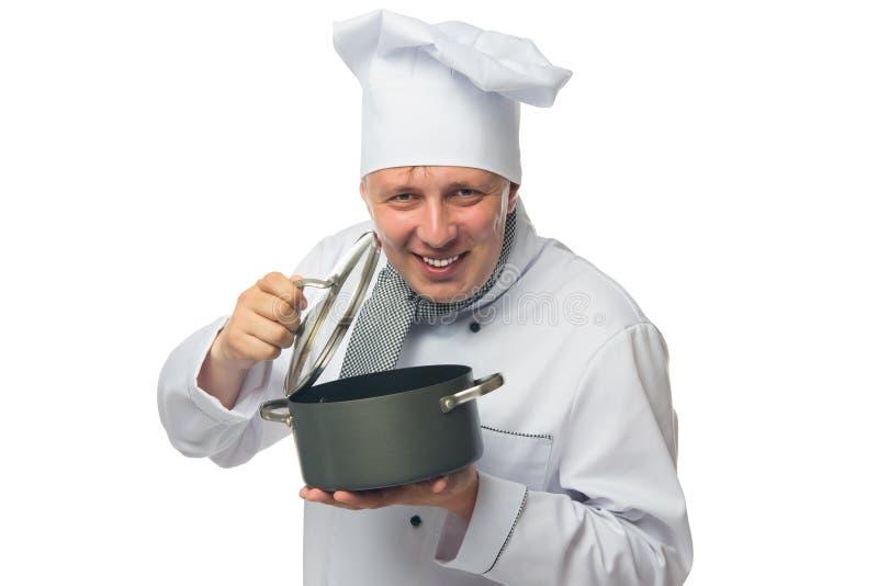 Faites cuire, sur le fond, les prises une casserole dans des ses mains et les sourires blancs images libres de droits