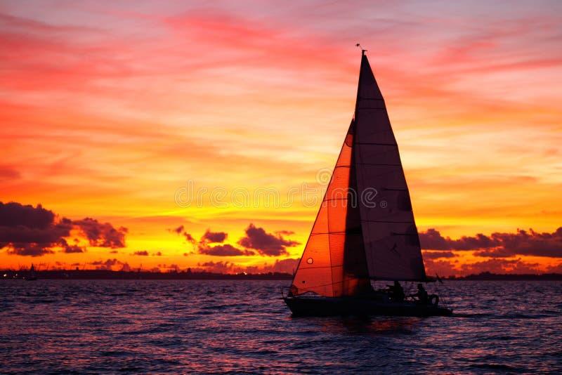 Faites de la navigation de plaisance la navigation au coucher du soleil image stock