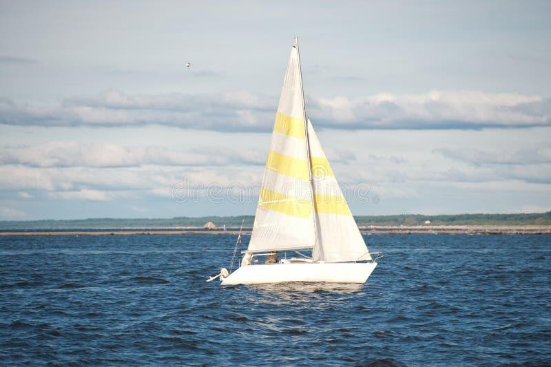 Faites de la navigation de plaisance la navigation en mer image libre de droits