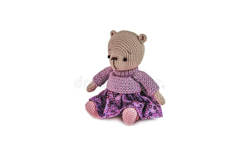 Faites du crochet la poupée, ours de nounours d'isolement sur le fond blanc image libre de droits