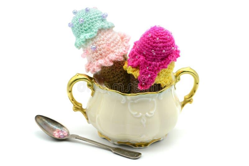 Faites du crochet le cornet de crème glacée de la laine sur une boîte à sucre photo stock