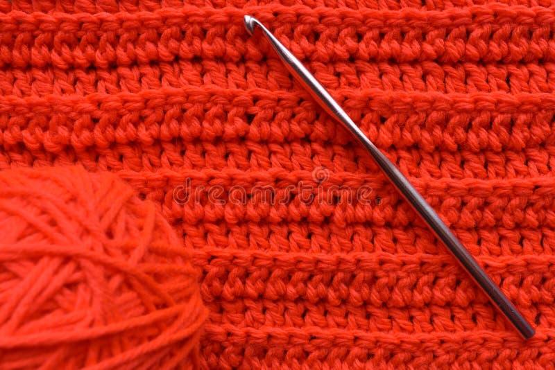Faites du crochet le travail avec un crochet de crochet et une boule de fil image libre de droits