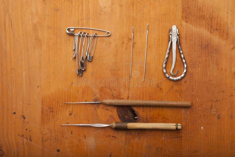 Faites du crochet les outils, les aiguilles, la goupille de sécurité et le métier d'outils de tailleur images stock