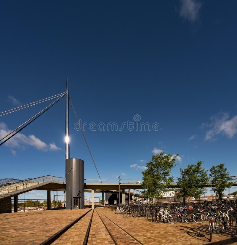 Faites du vélo le stationnement au bro de Byens le pont de ville, Danemark photographie stock