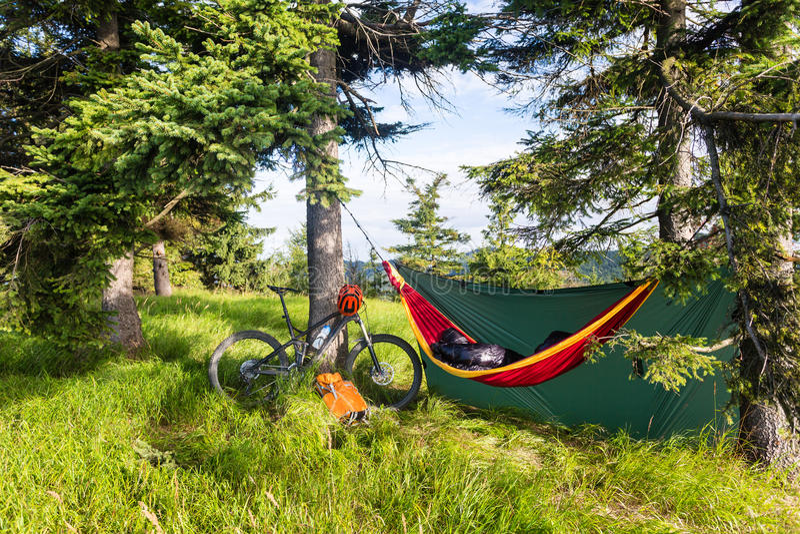 Faites du vélo le voyage et le camping avec l'hamac en bois d'été photographie stock libre de droits