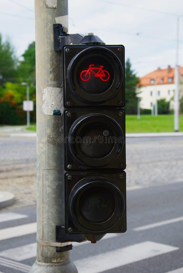 Faites du vélo les feux de signalisation avec la ville à l'arrière-plan photo stock