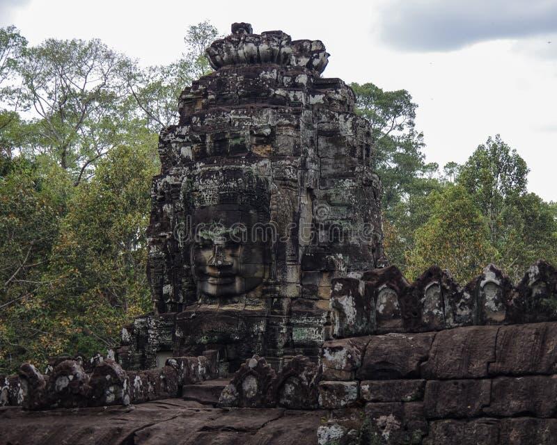 Faites face à la pierre du temple antique de Bayon dans Angkor Vat, Siem Reap, came images libres de droits