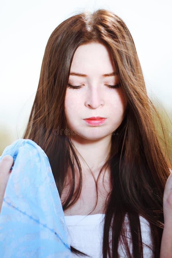 Faites face au portrait de la belle femme avec des cheveux de brune photos stock