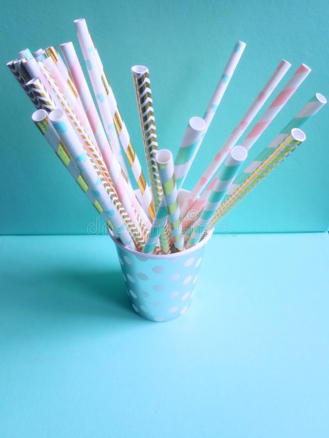 Faites la fête la tasse de papier avec les pailles à boire pour des boissons photos libres de droits