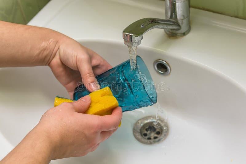 Faites la vaisselle dans la cuisine photo libre de droits