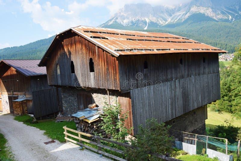 Faites les foins la maison, dans Cadore, des montagnes de Dolomity, Italie photo stock