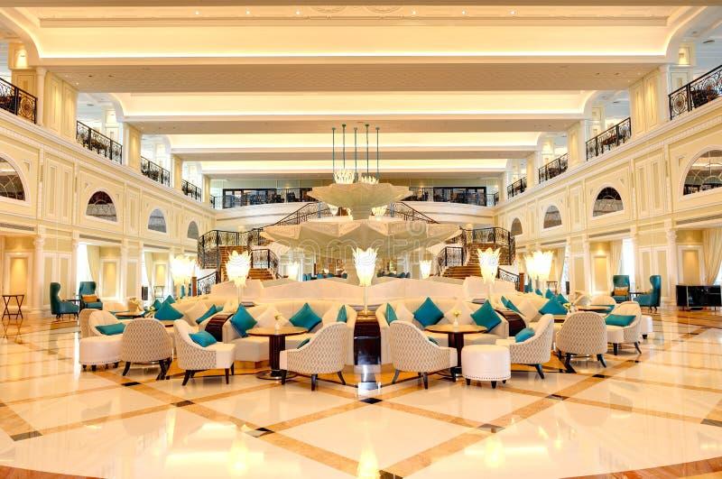Faites pression en faveur de l'intérieur de l'hôtel de luxe dans l'illumination de nuit photographie stock libre de droits