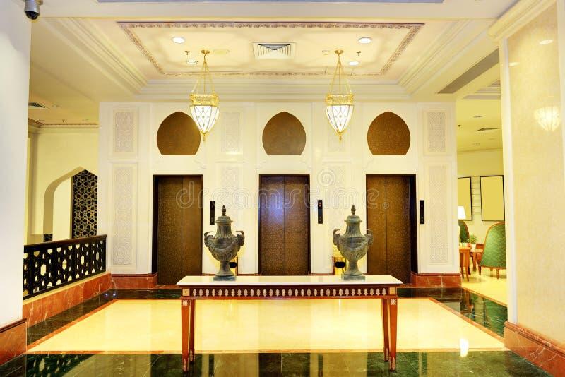 Faites pression en faveur de l'intérieur de l'hôtel de luxe dans l'illumination de nuit image libre de droits