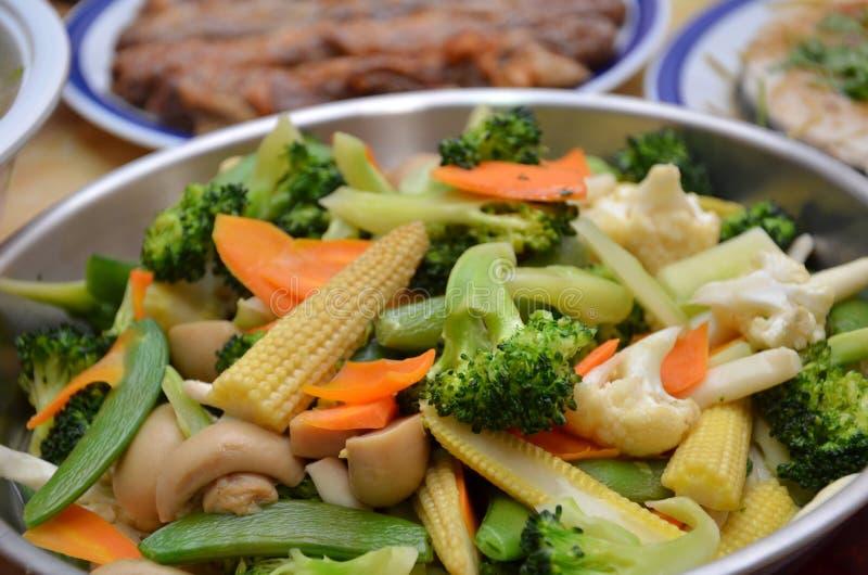 Faites sauter à feu vif dans un wok photos libres de droits