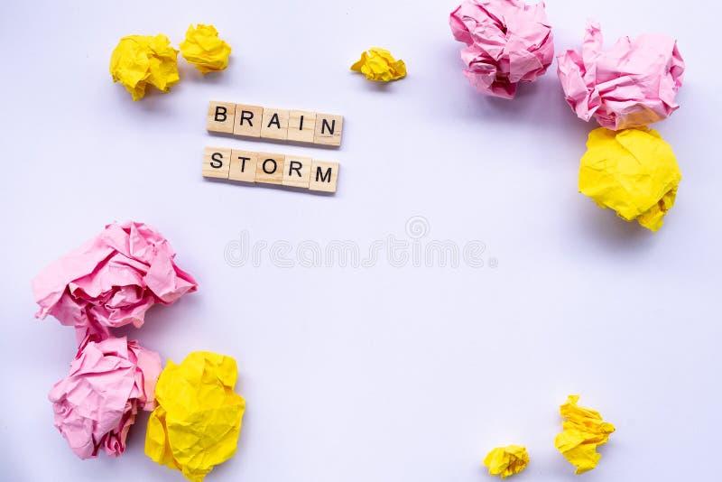 Faites un brainstorm le concept, mot sur le bloc en bois entouré par chiffonné photo stock