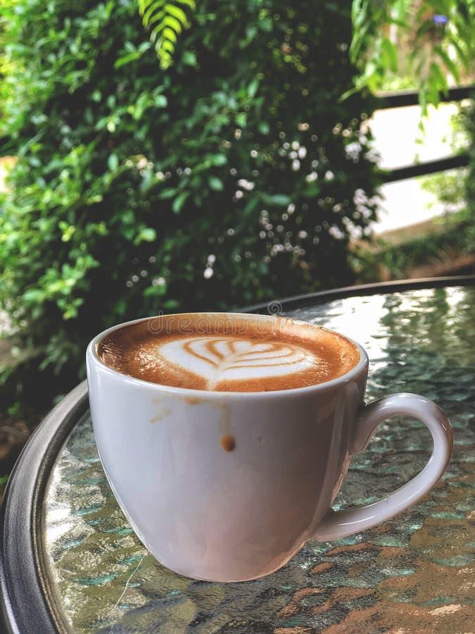 Faites une pause, café d'art de Latte dans la tasse en céramique blanche photographie stock libre de droits