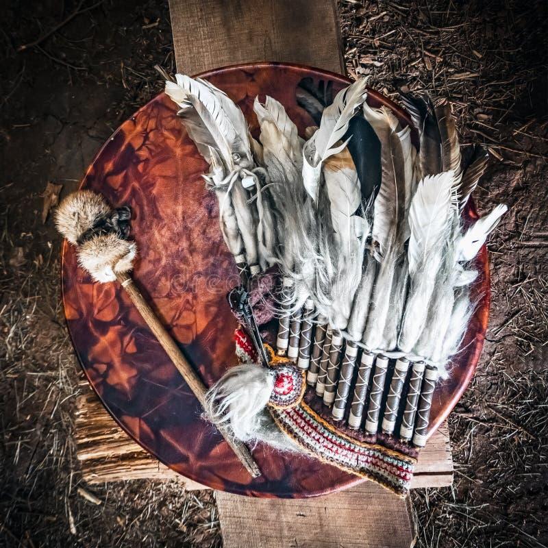 Faites varier le pas de la coiffe, du tambour de basque antique de cuir d'amerindian et du pilon de tambour Attributs de l'Indien images libres de droits