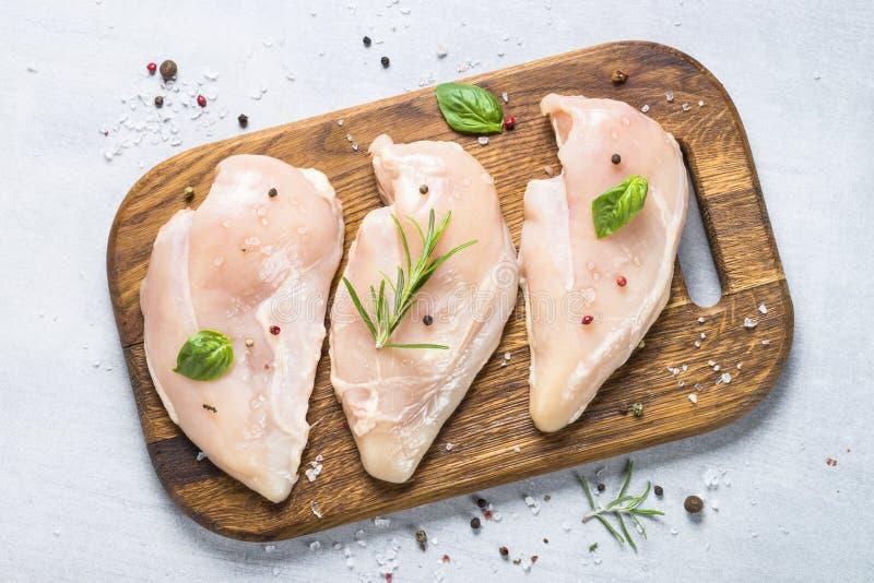 Faixa crua da galinha com opinião superior das especiarias e das ervas fotos de stock