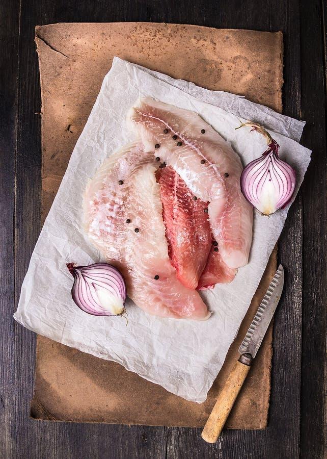 Faixa crua de peixes diferentes no Livro Branco na placa de corte foto de stock