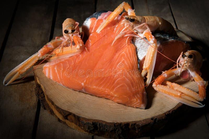 Faixa crua dos salmões no fundo escuro, fonte atlântica selvagem dos peixes de Omega-3, alimento saudável, conceito da dieta do k fotografia de stock royalty free