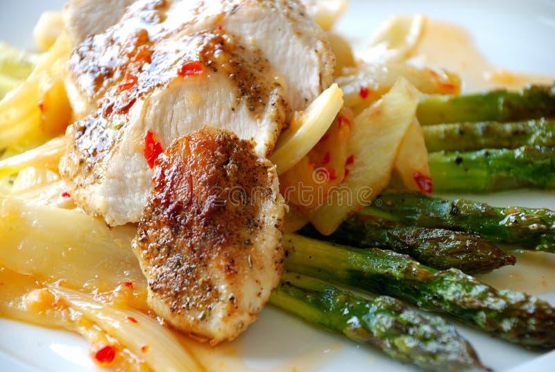 Faixa da galinha com espargos imagem de stock royalty free