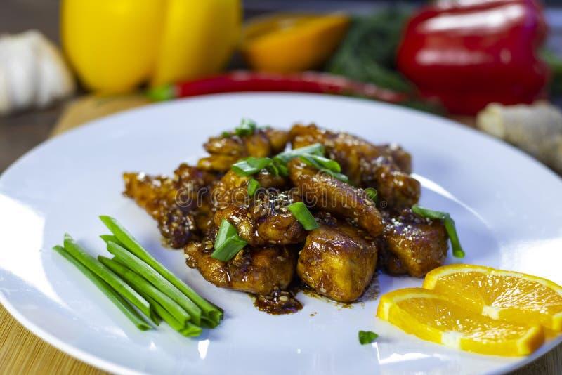 Faixa da galinha no molho de Teriyaki com laranja! Saboroso, fácil, rápido! imagem de stock