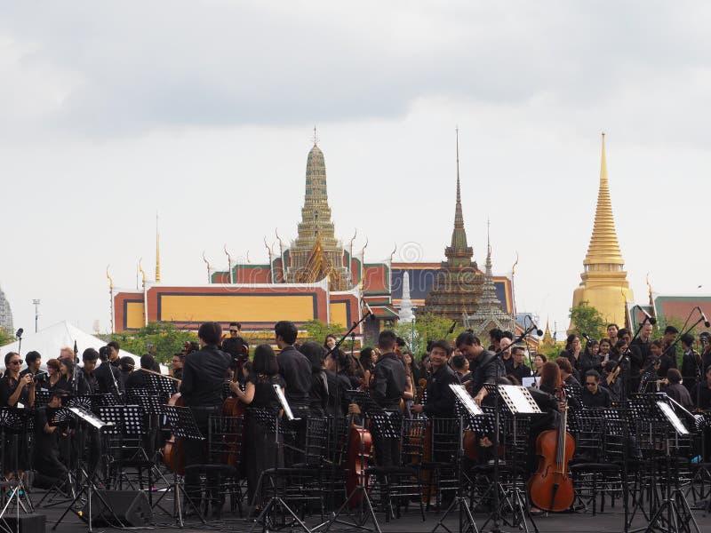 Faixa da orquestra na frente do emple de Emerald Buddha foto de stock royalty free