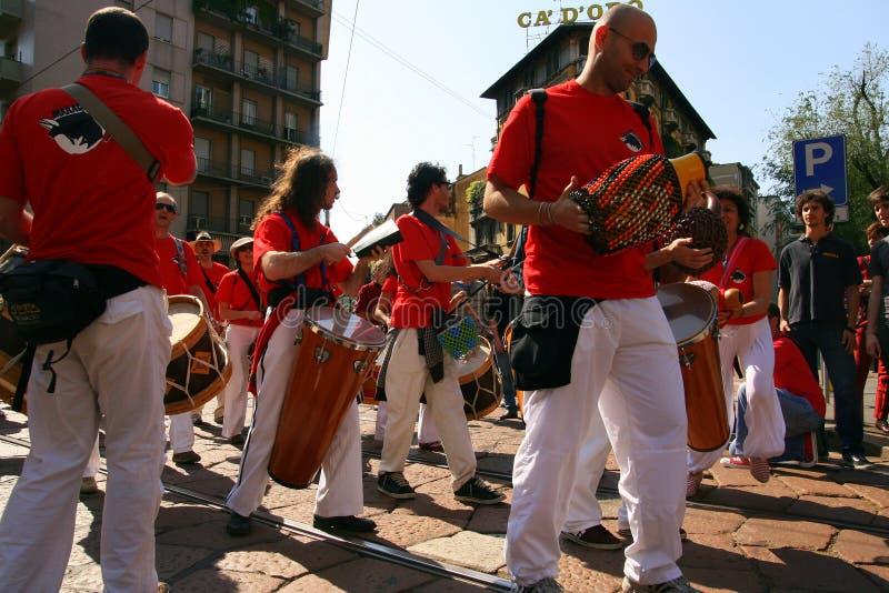 Faixa da rua da parada do dia de maio, Milão Italy imagem de stock