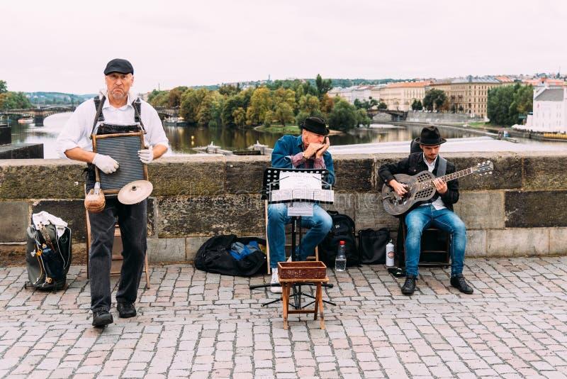 Faixa da rua do jazz que joga a música em Praga imagens de stock royalty free