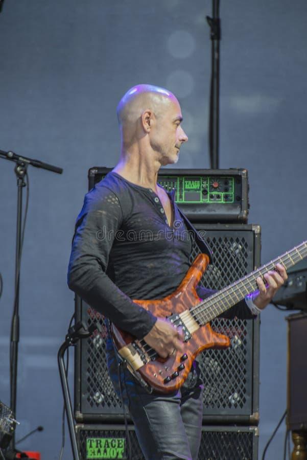 Faixa da terra de Manfred Mann, Steve Kinch que joga a guitarra-baixo foto de stock royalty free