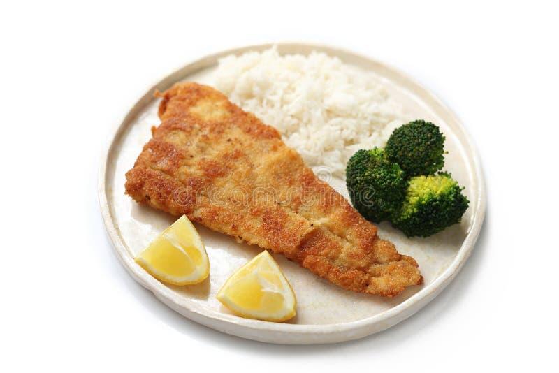 Faixa de bacalhau fritada com cebola e br?colis imagem de stock royalty free