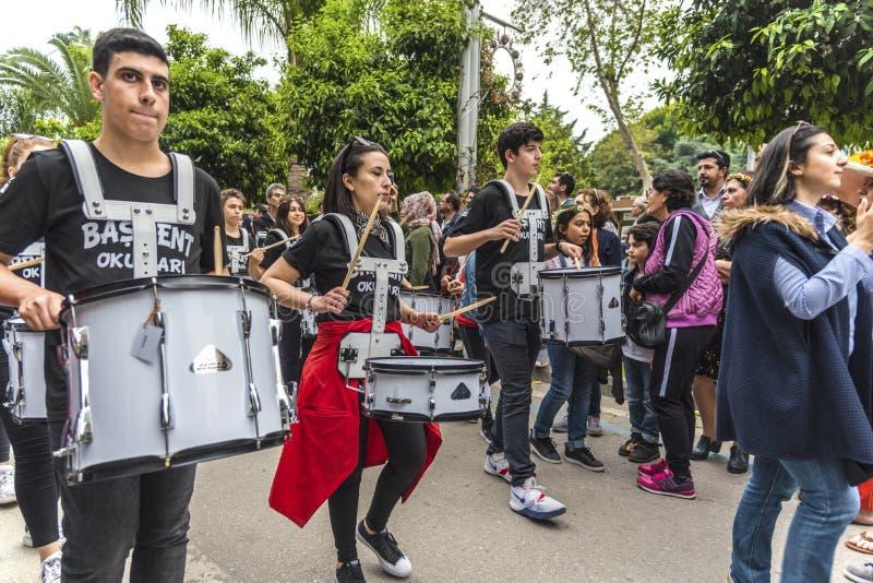 Faixa de escola privada que joga cilindros na abertura alaranjada de parada de carnaval da flor Cidade da província de Adana em T foto de stock royalty free