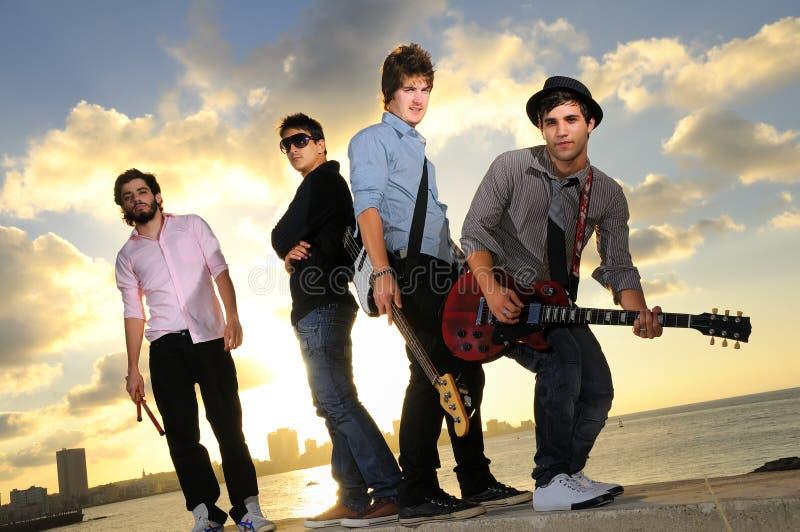 Faixa de músicos masculinos novos com instrumentos foto de stock royalty free