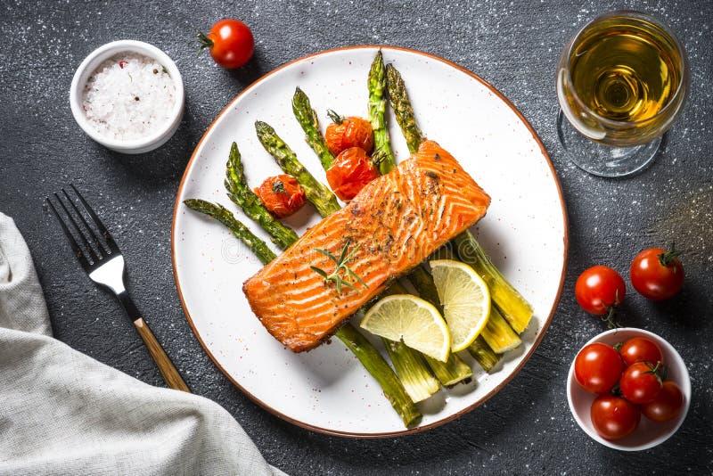 Faixa de peixes cozida dos salmões com opinião superior do aspargo e do tomate fotografia de stock royalty free