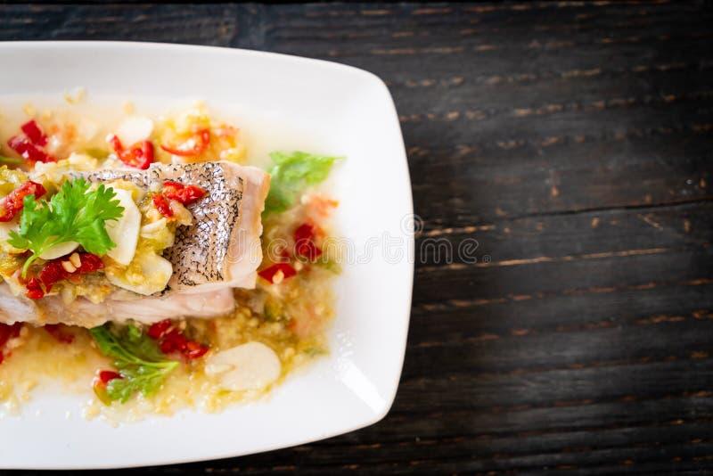 Faixa de peixes cozinhada da garoupa com Chili Lime Sauce no molho do cal fotos de stock royalty free
