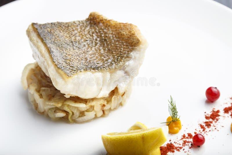 Faixa de peixes cozinhada da pique-vara imagem de stock